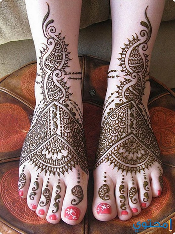 طريقة رسم اليدين والقدمين بالحنة