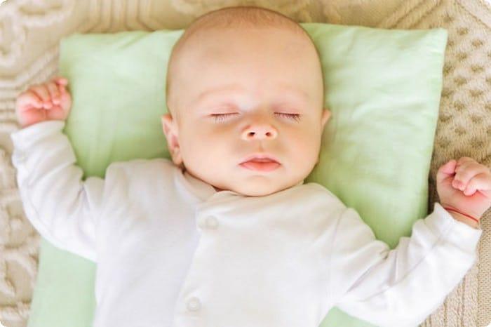 الأوضاع الصحيحة لنوم طفلك الرضيع