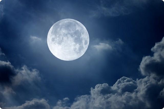 القمر في المنام وتفسير رؤية القمر والهلال