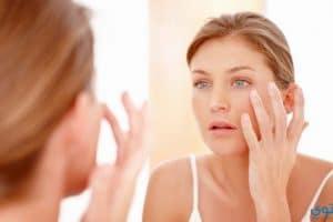 التخلص من انتفاخات العينين بعد الاستيقاظ من النوم