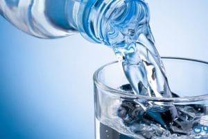 فوائد شرب المياه للبشرة والشعر والجنس