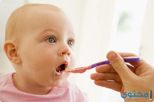 متى يأكل الطفل طعام غير مهروس