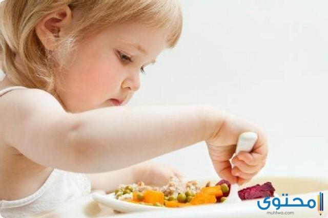 متى يبدأ الطفل بالاكل في أي شهر