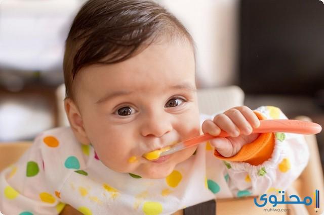 متى يبدا الطفل بالاكل لوحده