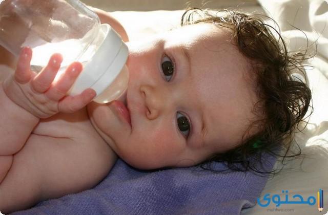 من عمر كم يشرب الطفل الماء