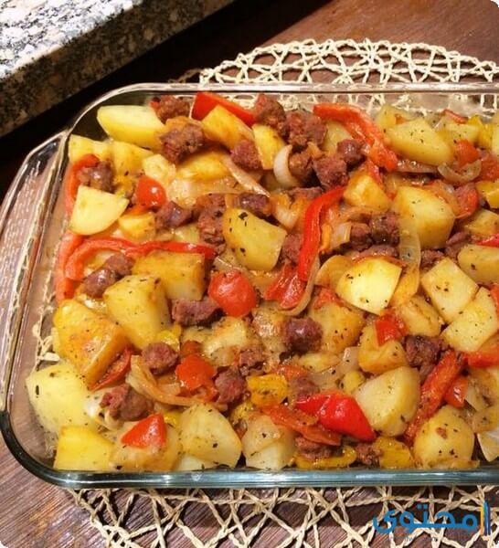 صينية البطاطس بالسجق