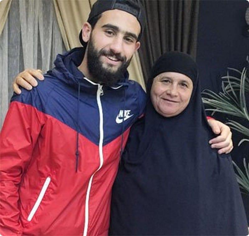 صور باسم مرسي ووالدته