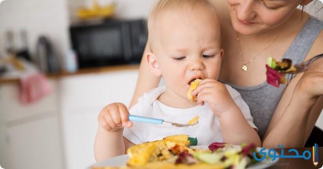 متى يأكل الطفل من طعام العائلة
