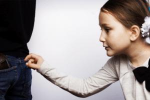 كيف أتعامل مع أبني إذا سرق؟