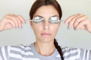 طريقة علاج الأنتفاخ حول العين
